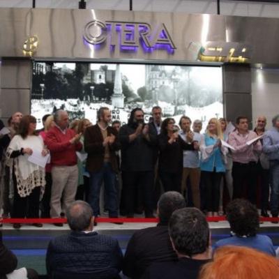La nueva dirección de CeTERA posa para las cámaras en la tarima frente a sus afiliados y afiliadas