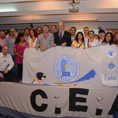 Miembros de la Confederación de Educadores de Educación de Argentina celebran final del Congreso número 13