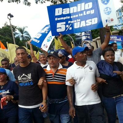 Docentes dominicanos y dominicanas se manifiestan en las calles de Santo Domingo